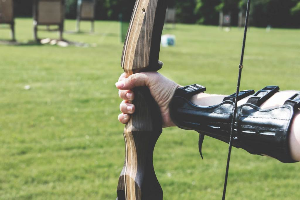 Un arc en main, dans un camps d'entrainement